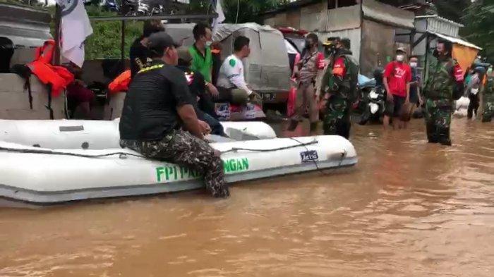 Aparat Kepolisian Bubarkan Relawan FPI saat Bantu Evakuasi Korban Banjir di Cipinang Melayu