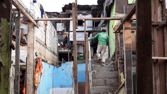 Tampak proses renovasi permukiman warga Kebon Pala, Kelurahan Kampung Melayu korban banjir Kali Ciliwung yang dibangun berkonsep rumah panggung, Jakarta Timur, Senin (5/4/2021).