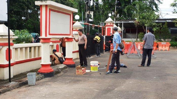 PPSU dan Warga Gotong Royong Bantu Bersihkan Polsek Ciracas