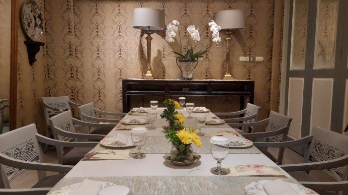 Bagian dalam restoran Bunga Rampai, Desain dari restoran Bunga Rampai ini ditangani oleh desainer interior Agam Riadi. Ia berupaya menyelaraskan unsur eksterior dan interior gedung ini dengan lingkungan di sekitarnya yang cenderung modern.