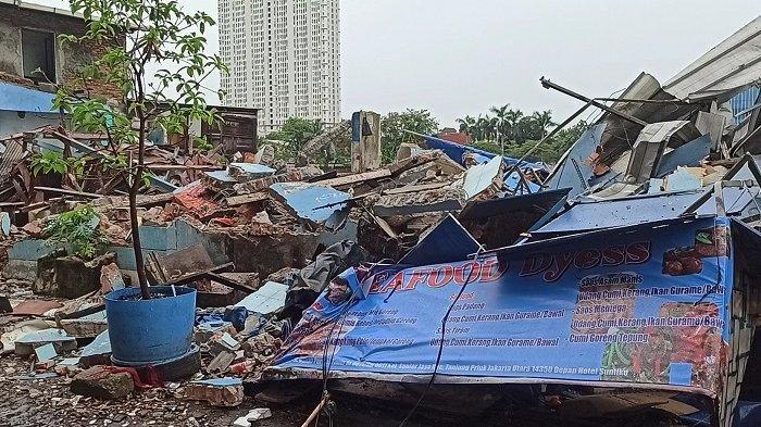 Puluhan bangunan yang dijadikan restoran maupun kafe di sepanjang Danau Sunter, Tanjung Priok, Jakarta Utara, dibongkar petugas gabungan, Selasa (14/9/2021).
