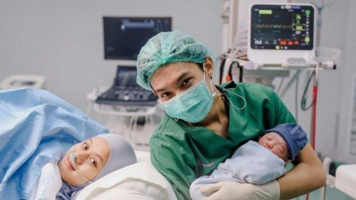 Rey Mbayang Panik Lihat Dinda Hauw Kesakitan saat Lahiran, Dokter Bocorkan Cerita di Ruang Operasi