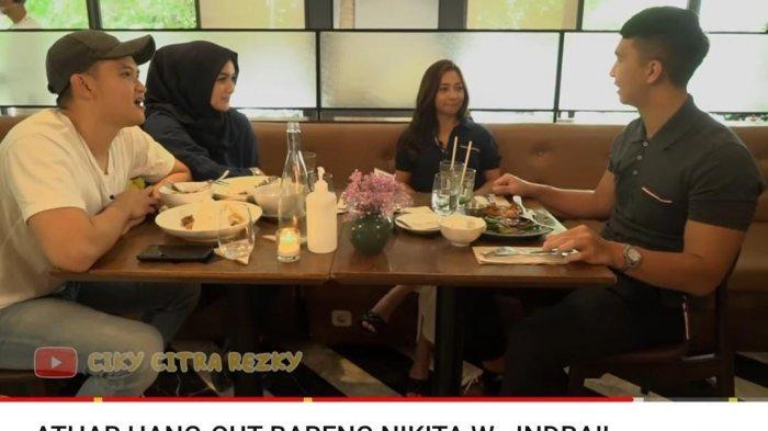 Rezky Aditya dan Citra Kirana tertawa dengan kata ketiga yang diberikan Indra Priawan ke Nikita Willy.