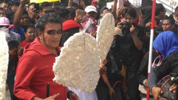 Raja Dangdut Rhoma Irama Ikut Lomba Makan Kerupuk Berukuran Raksasa di Ancol