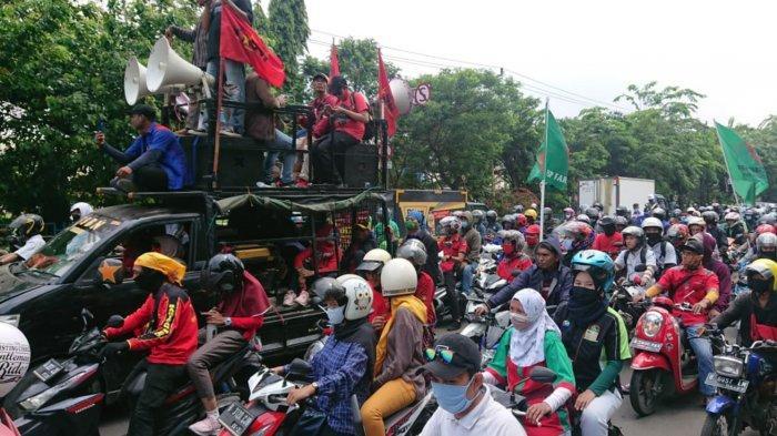 Ribuan buruh dari Tangerang yang akan bertolak ke DKI Jakarta untuk melakukan unjuk rasa menolak Undang-undang Omnibus Law Cipta Kerja yang disekat oleh petugas gabungan, Rabu (7/10/2020).