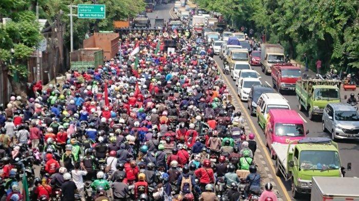 TolakUndang-undang Omnibus Law Cipta Kerja, Penampakan Lautan Buruh Tangerang di Jalan Daan Mogot