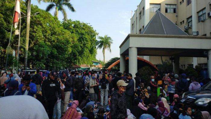 Pemandangan ribuan masyarakat yang berkerumun di Gedung Cisadane Kota Tangerang untuk mendaftar bantuan dari pemerintah pusat untuk usaha, Senin (19/10/2020).