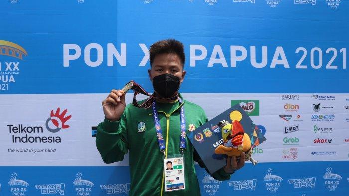 Perenang Jawa Timur Richie Augusta Wibowo saat tampil pada cabang olahraga Renang Perairan Terbuka 3KM putra di PON XX Papua, Jayapura, Rabu (6/10/2021). Richie berhasil menyumbangkan emas untuk Jawa Timur usai finish di urutan pertama dengan catatan waktu 00.37.43.