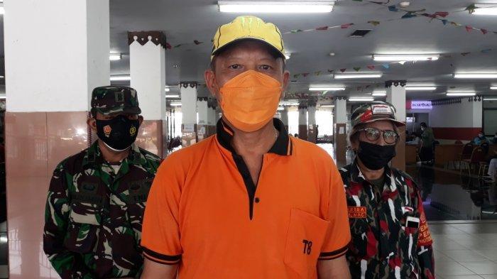 Lurah Ciracas Rikia Marwan saat memberi keterangan terkait tabung oksigen pinjaman gratis di Ciracas, Jakarta Timur, Minggu (18/7/2021).