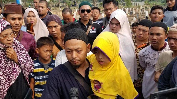 VIDEO Tangis Pecah Saat Pemakaman Korban Kecelakaan Truk Tanah di Tangerang: Mama Jangan Pergi Dulu