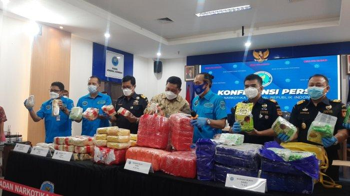 Konpers pengungkapan kasus penggelapan narkoba sebanyak 212,39 kilogram sabu dan 19.700 butir ekstasi di Kantor BNN, Kramat Jati, Jakarta Timur, Rabu (21/4/2021).