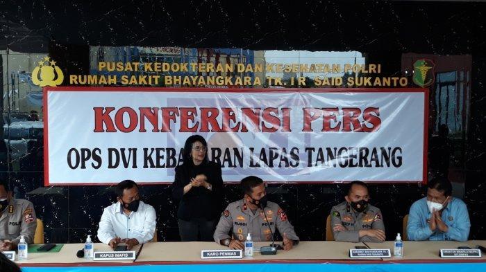 Karopenmas Polri Brigjen Rusdi Hartono (tengah) saat memberi keterangan di RS Polri Kramat Jati, Jakarta Timur, Selasa (14/9/2021)