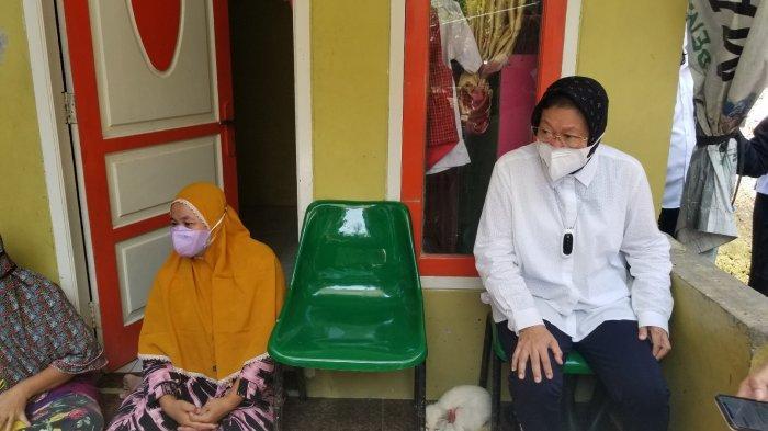 Menteri Sosial (Mensos), Tri Rismaharini blusukan ke perkampungan di Kota Tangerang untuk mengecek penyaluran Bantuan Sosial Tunai (BST), Rabu (28/7/2021).