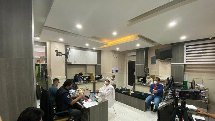 Pimpinan FPI Muhammad izieq Shihab menjalani pemeriksaan di sebuah ruangan bersama tim kuasa hukumnya.