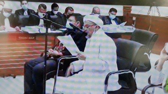 Rizieq Shihab saat membacakan pleidoi atau pembelaan atas tuntutan Jaksa Penuntut Umum (JPU) di Pengadilan Negeri Jakarta Timur, Kamis (10/6/2021).