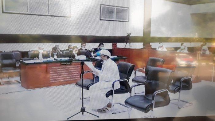 Rizieq Shihab saat membacakan pleidoi sebagai terdakwa kasus kerumunan Megamendung di Pengadilan Negeri Jakarta Timur, Kamis (20/5/2021).