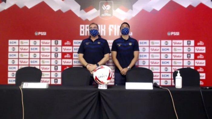 Robert Rene Alberts, (kiri) pelatih Persib Bandung.