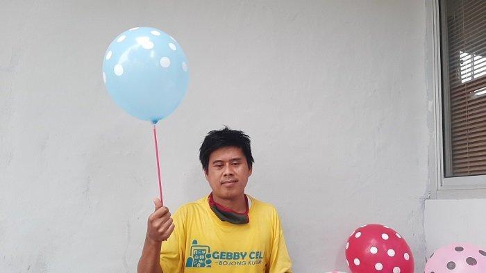 Rohim, penjual balon seikhlasnya dengan kostum badut saat ditemui di SPBU di Kawasan Jatiwaringin, Pondok Gede, Kota Bekasi, Rabu (10/3/2021)