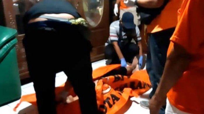 Proses evakuasi Korban dugaan pembunuhan Wiwin Aleyong Saputra (27) alias Keong Korban warga RT 4 RW 8 Kampung Kedungsari, Rowosari, Tembalang, Selasa (22/6/2021).