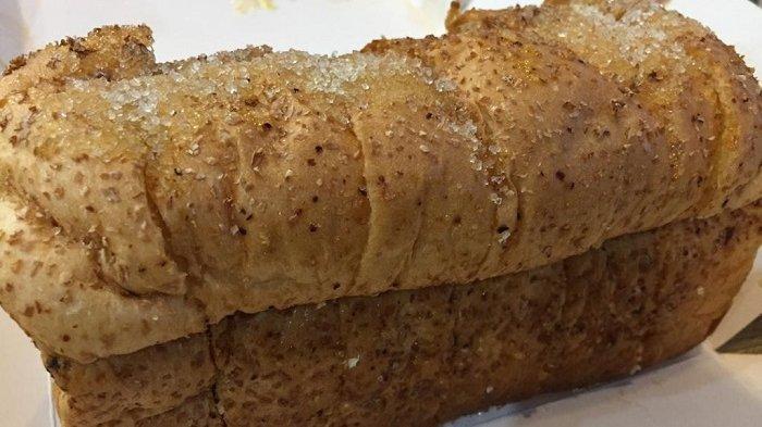 Roti panggang klasik dengan toping gula mentega di Ropang OTW seharga Rp 20 ribu.