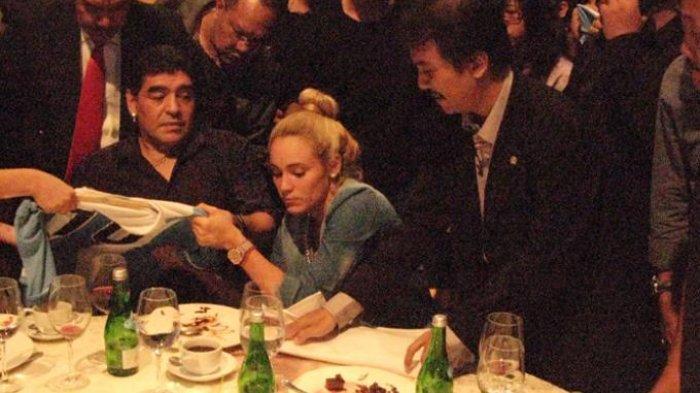 FLASHBACK Roy Suryo Pernah Tumpahkan Anggur Merah di Depan Pacar Diego Maradona