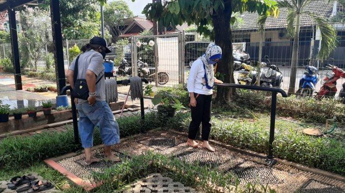 pengelola RPTRA Pesona Pondok Kopi, Duren Sawit, Jakarta Timur saat membersihkan area d RPTRA dan mencoba pijat refleksi, Sabtu (7/11/2020).