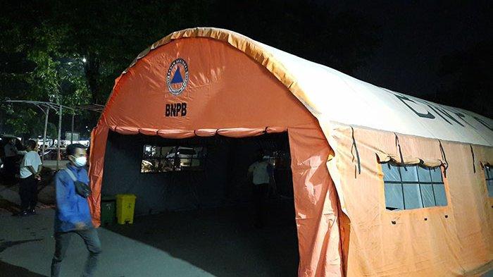 RSUD Chasbullah Abdulmadjid Kota Bekasi menambah kapasitas pasien dengan membangun tenda darurat di areal parkir di depan Instalasi Gawat Darurat per Selasa (22/6/2021). Tenda darurat ini guna menampung lonjakan pasien.