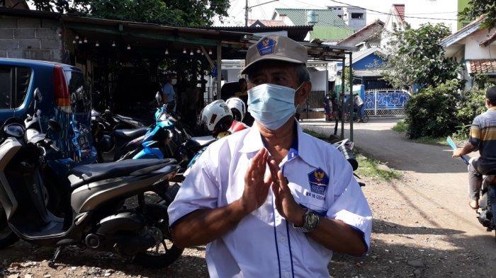 Ketua RT 02/RW 08, Kelurahan Gedong, Kecamatan Pasar Rebo, Idris saat memberi keterangan terkait penggeledahan Densus 88 Antiteror Polri, Jakarta Timur, Jumat (9/4/2021).