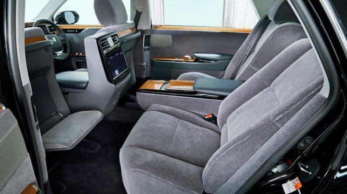 Ruang kabin Toyota Century lapang dan nyaman.