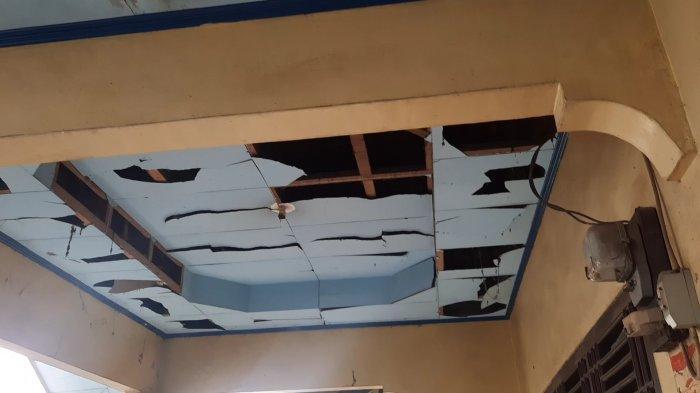 Kondisi rumah yang menjadi lokasi disposal bom barang bukti penangkapan dan penggeledahan terduga teroris di Bekasi, Senin (29/3/2021).