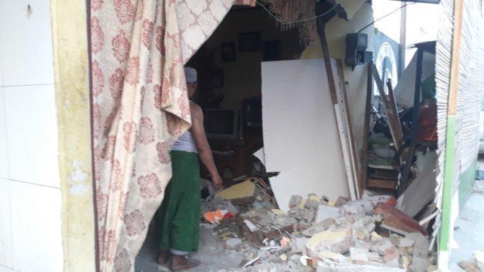 Rumah di Kebon Jeruk Hancur Setelah Ditabrak Mobil, 2 Penghuni Dibawa ke Rumah Sakit