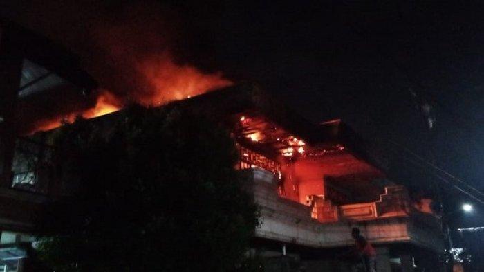 Rumah Dua Lantai di Makasar Terbakar, Damkar Kerahkan 11 Unit Mobil Pompa