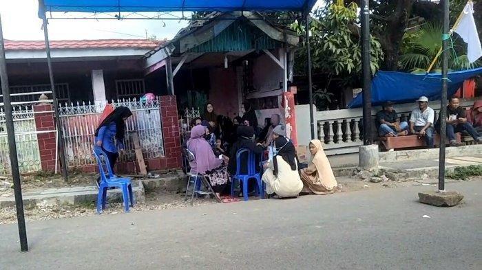 Suasana rumah duka pria yang ditemukan tewas terbakar, Rian di Jl Palantikang, Lingkungan Tamalate Kelurahan Kaligowa, Kecamatan Somba Opu, Kabupaten Gowa, Sulawesi Selatan, Selasa (15/6/2021) siang.