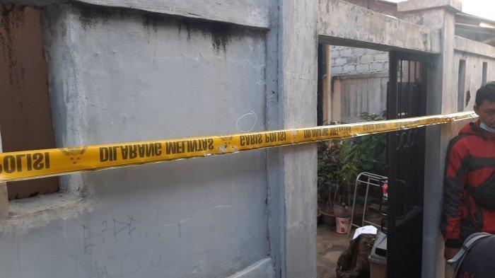 Rumah yang menjadi lokasi pembunuhan di Jagakarsa, Jakarta Selatan dipasang garis polisi, Selasa (27/7/2021).
