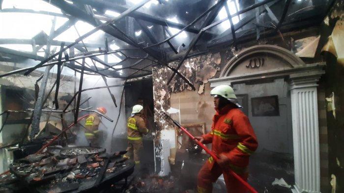 Rumah mewah di Jalan Panglima Polim, Kebayoran Baru, Jakarta Selatan, terbakar pada Jumat (26/2/2021).