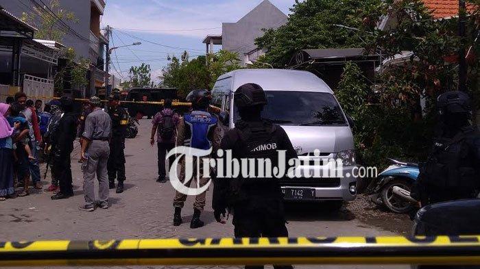 Geledah Rumah Bomber Polrestabes Surabaya, Densus 88 Temukan 54 Bom Pipa