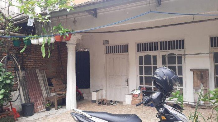 Suasana di depan kediaman teroris yang menyerang Mabes Polri di Jalan Lapangan Tembak, Gang Taqwa RT 03 RW 010 Nomor 3, Kelurahan Kelapa Dua Wetan, Ciracas, Jakarta Timur, Kamis  (1/4/2021)