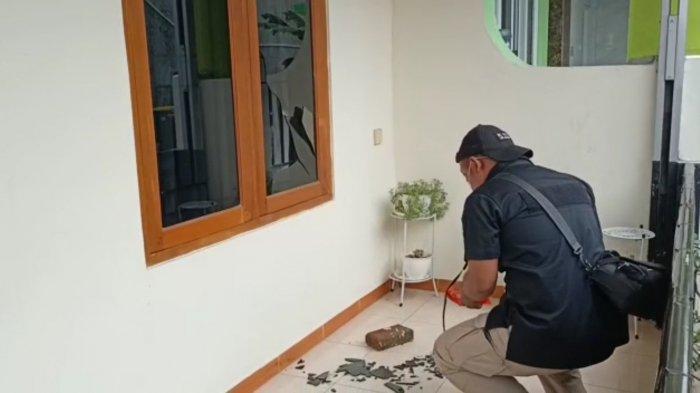 BREAKING NEWS Rumah Ketua PA 212 Diteror Lagi, Kali Ini Dilempar Batu Konblok: Kaca Jendela Pecah