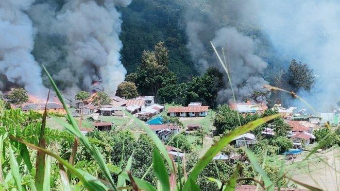 Sejumlah rumah warga terbakar akibat ulah Kelompok Kriminal Bersenjata (KKB) di Kabupaten Pegunungan Bintang, Papua, Senin (13/9/2021).