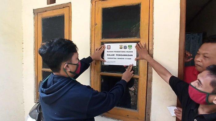 Pengurus RT/RW Tandai Rumah Warga yang Baru Balik Mudik Lebaran di Papanggo dengan Stiker Karantina