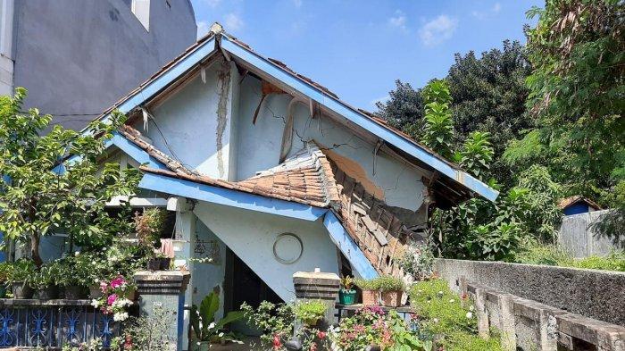 Bangunan Sudah Ringkih, Rumah Warga di Kelapa Dua Wetan Jakarta Timur Longsor
