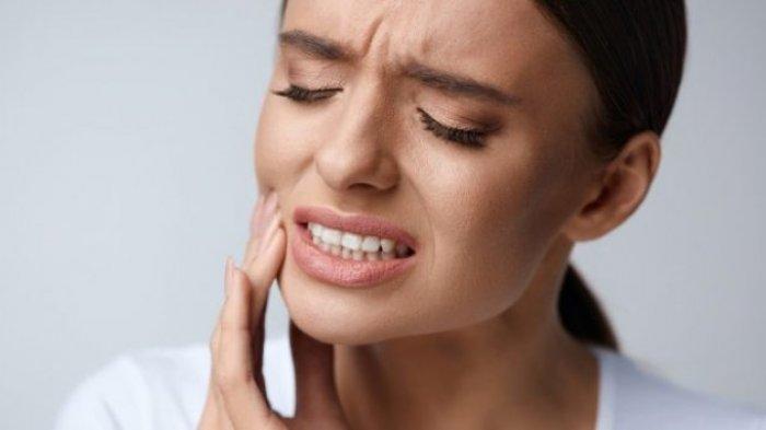 8 Ramuan Tradisional untuk Mengatasi Sakit Gigi Berlubang, Salah Satunya Berkumur Air Garam