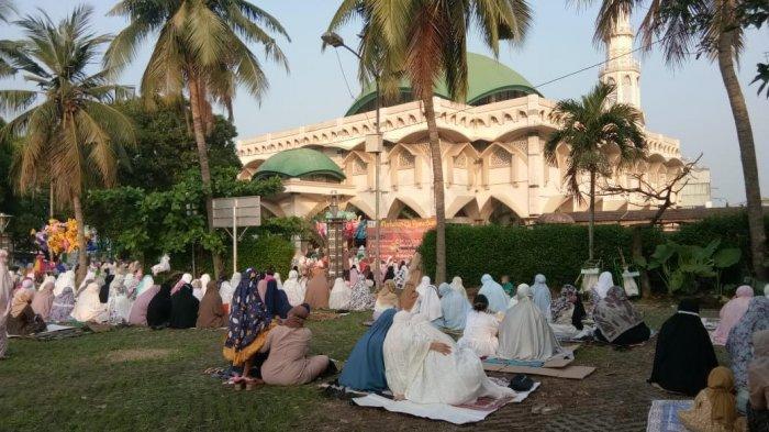 Salat Idul  Fitri 1442 Hijriah di Masjid Al-Mujahidin, Pamulang, Tangerang Selatan (Tangsel) dipenuhi jemaah, Kamis (13/5/2021).