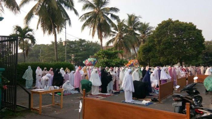 Salat Idul Fitri di Masjid Al-Mujahidin Pamulang Penuh Jemaah Hingga Luber ke Jalan