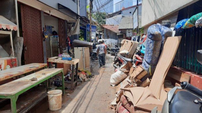 Banjir di Mampang Prapatan Mulai Surut, Warga Mulai Bersih-Bersih Rumah dari Sisa Lumpur dan Sampah