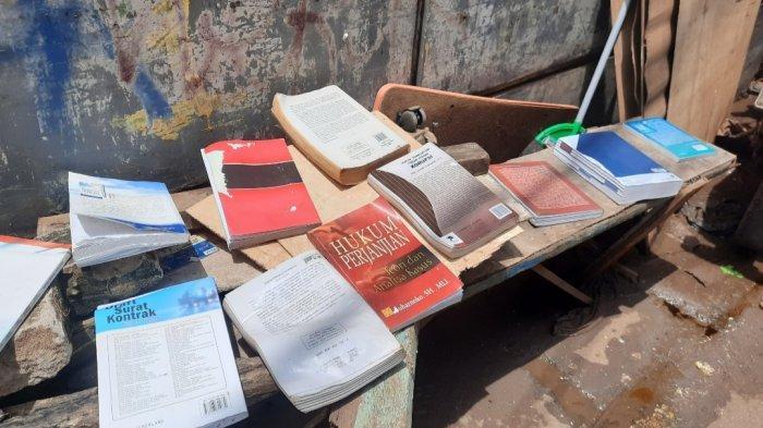Buku-buku yang basah akibat banjir, dijemur warga, Minggu (21/2/2021).