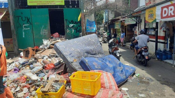 Sampah-sampah bekas barang rumah tangga pasca banjir di Kelurahan Kuningan Barat, Minggu (21/2/2021).