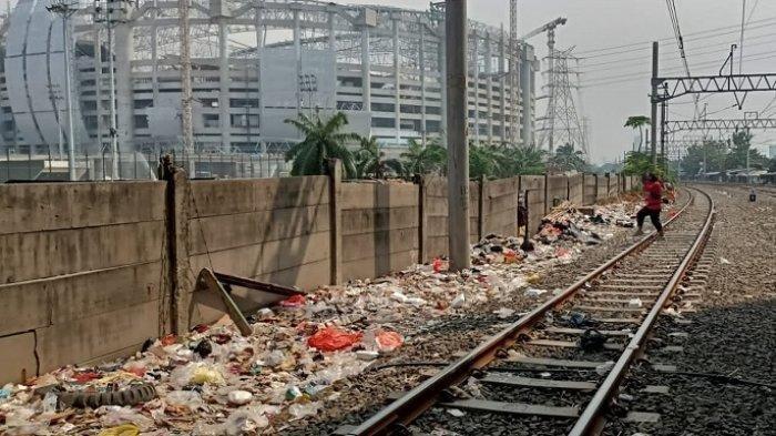 Tumpukan sampah berserakan di pinggiran rel kereta di wilayah Kampung Bayam, Papanggo, Tanjung Priok, Jakarta Utara, Kamis (26/8/2021).