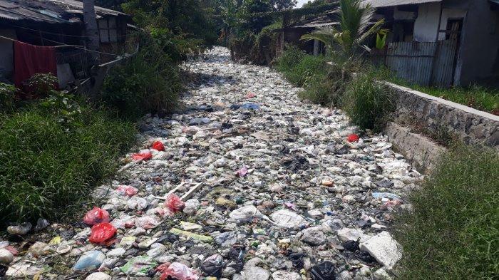 Tumpukan Sampah di Kali Bahagia Bekasi Diperkiran Mencapai 400 Ton