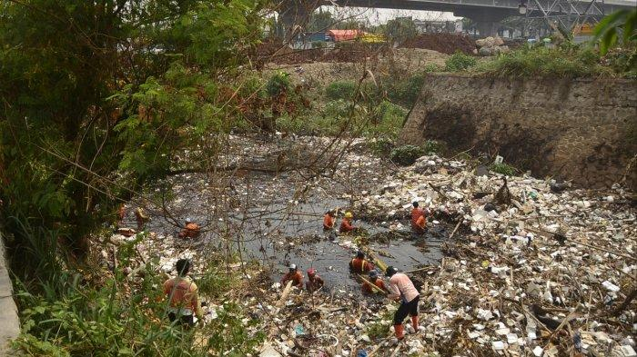 Tumpukan Sampah Masih Mengenangi Permukaan Kali Jambe Tambun Bekasi